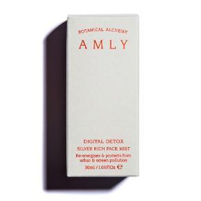 AMLY er den vilde blomstereng i England, der har lagt navn til AMLYs økologiske produkter, som på ingen tid er blevet beauty must haves.  Digital Detox Silver Rich Face Mist er mere hudpleje end mist på grund af det høje indhold af sølv fra grundvandet under Amlys enge - og en imponerende række af økologiske fugtgivere af hyaluronsyre, kobberpeptider, planteprobiotika, jasmin, rose otto og neroli.  Digital Detox Mist'en er målrettet hud, der er udsat for forurening fra miljø og computerskærme, for den er nemlig også tilsat detoxende magnesium, røllike, frankincense og rosenquartz. Perfekt at have stående på skrivebordet eller i håndtasken på flyet.  Ny og helt ubrugt, stadig i æske. Det er den mellemste af de tre størrelser, den er lavet i - 30 ml. travel spray. Nypris £30 eller ca. 255 DKK.  Sælges for 150 kr. + porto  Bytter ikke.