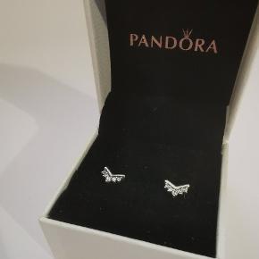Pandora wishbone ørestiks, i massiv sterling sølv.  Fungere rigtig godt alene, eller stylet med andre øreringe.