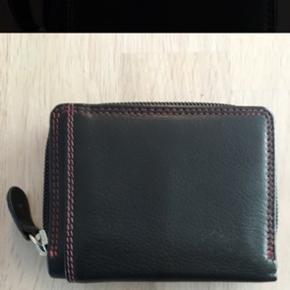 Lille fin pung med plads til kort. Ny Måler ca. 8x10cm 6700/Rørkjær