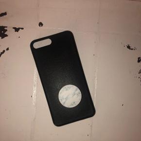 Super lækkert læder ala cover til iPhone 8 plus (+) Fitter dig også 6- og 7 plus!Det er er meget enkelt og tyndt cover. Popsocketen er selv sat på, og høre selvfølgelig med! Brugt 1 gang❤️❤️