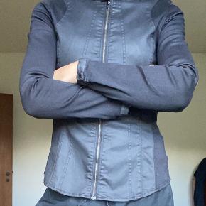 Lækker rå jakke/Skjorte. Stram og kropsnær med lynlås. Elastisk materiale - 70 % bomuld, 28 % polyester og 2 % elastan.