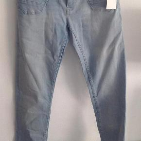 Varetype: NYE lange bukser med strækStørrelse: 158 - 12/13 år Farve: Lys Denim Oprindelig købspris: 199 kr.  NYE lange bukser med stræk i str. 158 -12/13 år fra H&M.  Model Super Sqin:  Waist: regular -Leg: super slim  Mindsteprisen er kr. 125+Porto.  Jeg bytter ikke.