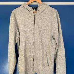 DKNY zip-up hoodie sælges billigt. Den er i god stand og passer en på 170-180.
