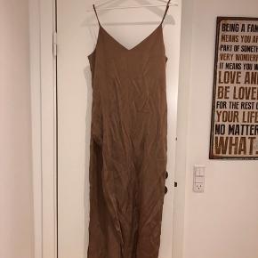 Kjole fra weekday med slids i den ene side i str. small.  Np. 550 kr