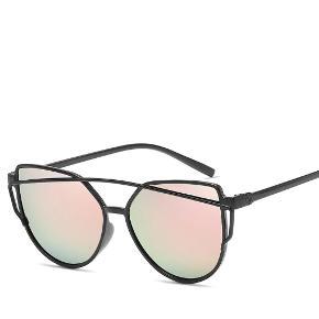 Solbriller 40 kr. Plus porto.  Porto er 20 kr. med PostNord. Porto er 33 kr. med DAO.     Solbriller solbrille