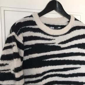 Jeg sælger min fede Stüssy zebra uldstrik, da jeg ikke bruger den nok. Den er brugt to gange og fremstår helt som ny 😊 Pose og tags haves stadig. Nypris: 2000,-