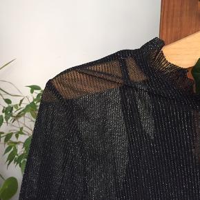 Flot sort gennemsigtig glitterkjole med tilhørende sort underkjole - kun brugt en enkelt gang 🌘