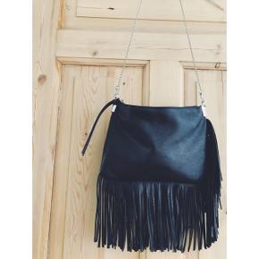 Sort taske med frynser og aftagelig kæde