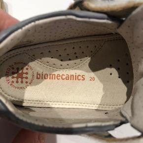 Rigtig god starter sko til ude. Kun brugt til dagplejen. Str 20. Det er en uni sko som kan bruges til både pige/dreng