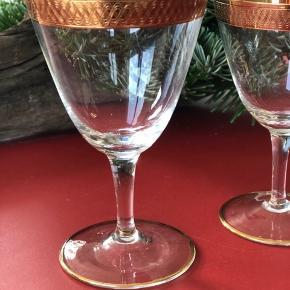 Dæk op til det smukkeste julebord med disse smukke vintage glas fra Lyngby glas. Serien hedder Tosca. Alle er i perfekt stand og uden skader og skår. Her får du glas i en udsøgt kvalitet.  Der er 17 rødvinsglas 23 hvidvinsglas 18 portvinsglas Prisen er pr. Stk.