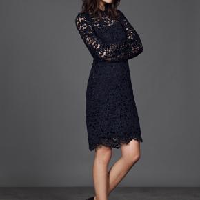 Mørkeblå kjole med smukke blonder