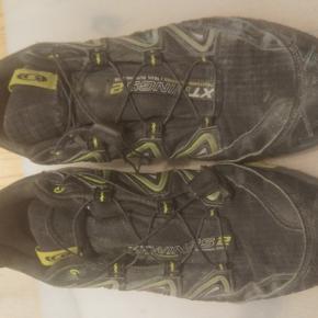 Fin løbesko, har været brugt lidt til løbetræning og en enkelt duatlon på 2x4km løb men ellers ubrugte. Stadig lidt beskidte men kan godt få en hurtig rensning hvis det ønskes. Smart løbesko med pull system og lomme. Hiv den lille spænder ind så skoen sidder godt og prop overskydene snor i den lille lomme og du er klar. Ingen snørrebånd der kan gå op eller lignende. Str 45 1/3 bruger selv 44-45 normalt. Kan selvfølgelig prøves på inden køb