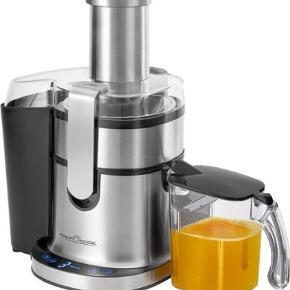 ProfiCook Pro Juicer, 2 L - SPRIT NY OG I ÆSKE!  Denne professionelle automatiske juicer fra ProfiCook er udstyret en 1 liters juicebeholder med skumfjerner, rustfri si, hældeåbning, måleskala, håndtag og låg. Få saften fra hele æbler, gulerødder og anden frugt på få sekunder uden selv at skulle hakke råvaren.   Juiceren kan rumme frugt og grøntsagsskræl i dens store 1,8 liter beholder. Den har fem forskellige hastigheder, så du kan vælge den rigtige hastighed til hårde og bløde frugter for optimal juice. Hastigheden vises på dens LED-display, der er blå belyst.  Juiceren står sikkert fast på sine gummifødder og maskinen er yderst nem at betjene og rengøre efter brug.