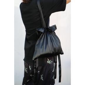 Super unikke task lavet af silke stof  Jeg skal snart flytte så vil gerne af med en masse tinge, både tøj og tasker. Kom glad til min salgsprofil og se om der er noget til dig🌸 Man kan self får mængderabat!🌸🌸🌸🌸