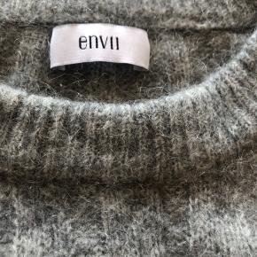 Trøjen er rigtig en str. L, men den er skrumpet lidt, så vil sige at den ca. fitter en S.  Den er lavet af 30% mohair, 30% wool, 35% polyamide og 5% elastane. Er rigtig dejlig varm, men kradser en lille smule:) Tager imod bud