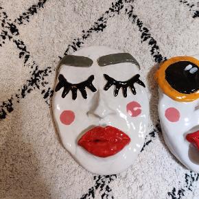 Sælger disse keramik masker lavet af maiass (mig)   der findes kun én af hver slags. Laver ikke flere lige sådan, kun noget der kan minde om. Kig og gerne min anden annonce for andre masker i keramik i lidt anden stil. 🌸   KERAMIK MASKER TIL AT HÆNGE PÅ VÆGGEN