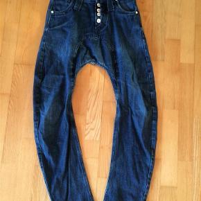 Jeans fra Humôr. Lidt slid i kanten på buksebenene Model Santiago  Bukser Farve: Blå Oprindelig købspris: 550 kr.