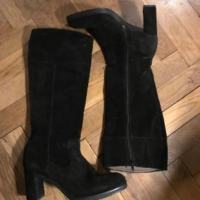 Varetype: Støvler Farve: Sort  UBRUGTE! Flotte langskaftede højhælede støvler,  Hælen måler ca 8 cm. Er desværre for smalle i skaftet til mig.