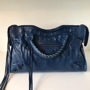 Virkelig flot Balenciaga City i den skønneste mørke blå nuance.  Tasken fremstår i meget god stand.  Medfølger rem og spejl.  Fri fragt