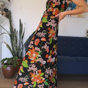 Skøn original vintagekjole fra 60'erne. Den er i super fin stand og svarer til en str 40 (ses her på str 38). Skriv for flere billeder🏵️