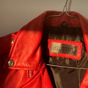 Rød skindjakke fra Meotine. Ny pris 2000kr.   Sælges da jeg ikke for den brugt, og derfor ingen tegn på slid.