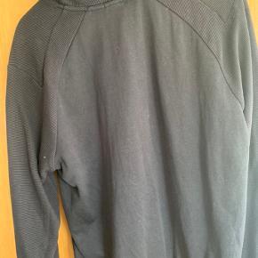 Sælger denne Hugo Boss hoodie. Ingen stains eller flaws. Der er et lille rum ved venstre håndled med lynlås.