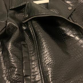 Sort læderjakke fra Byic. Brugt 1 gang