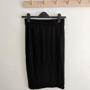 Lækker knælang basic nederdel med stretch. Lille i størrelsen, snarere end S eller XS.