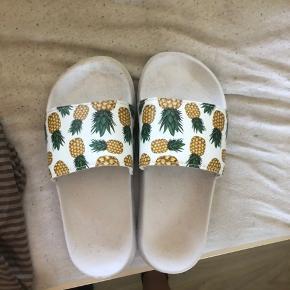Klipklapper med ananas på, brugt en enkelt gang men desværre for små til mine fødder  Byd