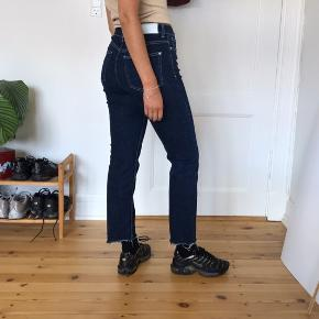 Jeans fra Mango str M. Frynser i bunden.