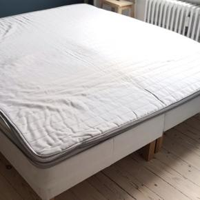 2 madrasser i 90x200 med topmadras (180x200), med træben og beslag til samling i midten (sidstnævnte købt i IKEA). Ca. 3 år gammel. Bud modtages.