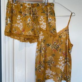 Brugt to gange.  Shorts er str 42/44. Top er 40/42.  Købt i primark, ren polyester.