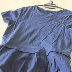 Næsten som ny Sommerkjole, COS, str. S, blå, Næsten som ny cos kjole 2x48 84 hofte 2x50  Besvarer ikke om varen stadig er til salg - hvis den er synlig er den til salg.  Modtager betaler fragt, og jeg udregner ikke fragt inkl. i prisen.  Ved køb for mindre end 75 kr. kan jeg sende hvis køber selv bestiller fragtkode