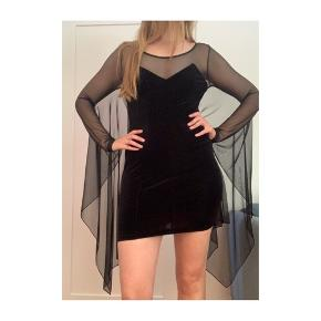 Festlig kjole med mesch/net ærmer og flagermusærmer, selve kjolen er i velour og ikke gennemsigtig,  model med den på er 172cm :)