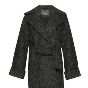 Smuk uldjakke i uld/polyester. Med bindebånd i taljen og brede opsmøg påærmer. Brugt 4-5 gange og fremstår i rigtig flot stand.