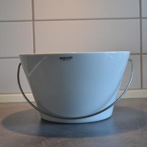 Eva Solo porcelænsskål med hank i råstfrit stål. Kun brugt til pynt, nogle gange med lidt frugt i. Derfor i rigtig pæn stand.