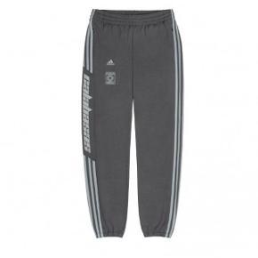 Adidas Yeezy Calabasas sweatpants i grå. Str xs men passer som en s. Brugt 1 gang og er som nye.