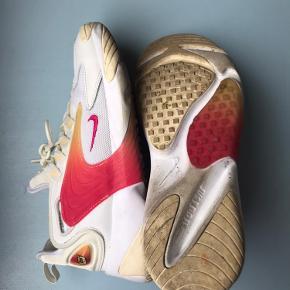 Nike zoom 2k i hvid og orange.  Brugt en håndfuld gange, så i god stand men en lille smule beskidte.  Passer en 39.