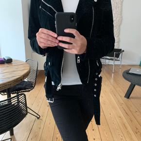 Smuk velour jakke fra Meotine i str. medium. Den er en smule lille i størrelsen, så en small vil helt sikkert også kunne passer den! Der er en lille plet eller lignende bagpå i højre side (se billede), som ikke kan gå af. Jeg er i tvivl, om det måske er en cigaret, som er kommet til at ramme jakken. Derfor sælges jakken til billige penge.  *Jeg tager ikke varer retur🌸