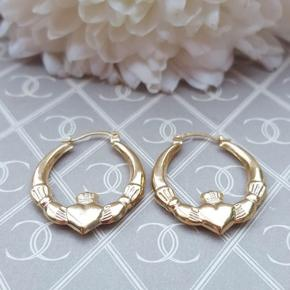 Ladies fine 9k yellow gold filled Claddagh Creole Hoop Earrings.   Details:  Handmade item  Metal: 9K gold  Style: avant garde, creole  Hight: 2,4cm Width: 2cm  Weight: 0,7 grams (together)  Hallmark: No (under 1 gram)   The Claddagh is an Irish ☘️ design representing love, loyalty and friendship. It is a special and meaningful piece of jewelry.   These earrings are reasonable discreet and fasten with a hinged post mechanism.