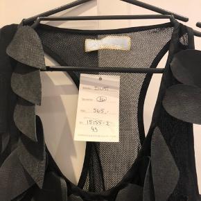 """60cm lang  Ca 45x2cm over bryst  Designet er en top belagt med """"fjer"""""""