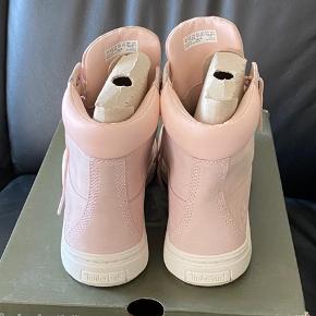 Super lækker støvler -  Fra Timberland - str 39,5 Brugt få timer - derfor står der aldrig brugt  Mp 600 pp