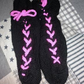 Hjemmelavet strikket sokker lave på bestilling du bestemme sel hvordan du vil ha dem det er kun par forslad di billeder der er lagt in du er velkommen til komme med ønsker lave til både kvinder mænd og børn