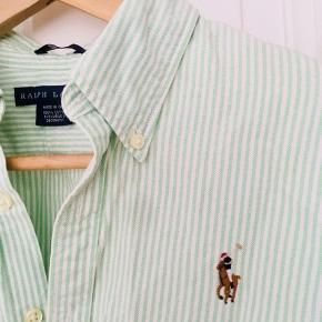 Lækker turkis stribet Ralph Lauren skjorte, perfekt til sommeren  Har ikke lige fået den strøget, så den ser lidt krøllet ud  Str 12, slim fit  Byd endelig