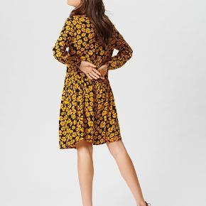 Skøn kjole fra Moss Copenhagen i 100% viskose.  Brugt få gange, ingen brugstegn.  Str. S, men passes fint fra str. S-L.