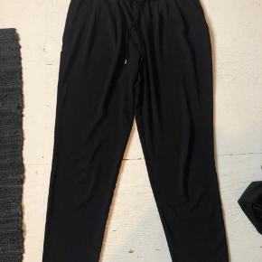 Sorte Zara bukser i str. XS, kan også passes af S sælges. Kan spændes ud og ind i livet med snøre.