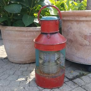 Meget gammel skibslanterne til petroleum. Lampen har super flot patina, men kan også gøres i stand ved at fjerne maling. Glasset er intakt og uden skår. Årstal samt godkendelse til skibsbrug er ridset i glasset. Lampen skulle være fra 1914.Indsatsen til petroleum er lettere rusten men kan med stor sandsynlighed ordnes, da det ikke er gammel rust. Højde 41 cm og ret tung ❤