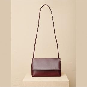 """Fold-over taske fra Yvonne Koné. Magnet låse i overfald. Er som ny på nær lidt """"ridser"""" i læderet på fronten.  Remmen kan varieres i længde. Bytter ikke. Ved TS handel tillægges gebyr.  Bytter ikke."""