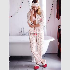 Flot flannel pyjamas med sovemaske fra Victoria's Secret   Materiale: 56% bomuld, 44% modal  Mål: Bluse-65 cm lang, 50cm bred over brystet Bukser 39 cm lang øverste kant, 80cm indvendig benlængde.  Aldrig brugt, stadigvæk indpakket.  Fast pris. Bytter ikke.  Kan afhentes på Islands Brygge. Jeg sender gerne hvis køberen betaler portoen