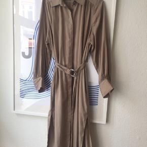 Fin ny kjole fra &other stories. Kjolen er en meget lys brun/beige. Se også mine andre annoncer 🍍